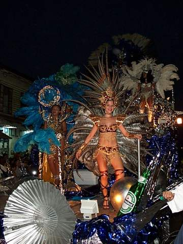 story carnival A brief history of carnival glass: carnival glass was not an instantaneous development in the history of pressed glass certainly there were other types of iridized glass, such as art glass.